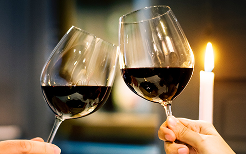 4.浪漫餐廳-共進美食先抓住他的胃 一間擁有美好氣氛的浪漫用餐場所,總是能夠讓人在舒服的環境下用餐,讓對方感覺,連用餐地點都精心挑選,代表對對方的重視,也代表對於兩人的初次約會安排細心,絕對是一定要安排的地點。