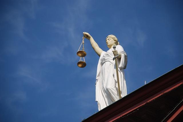 平時慣性對父母施暴,也沒有得到重大處分的20代少年,這次因為爸爸哭訴請求判刑而召開判決。仁川地方法院法官以持續暴力及妨礙公務等嫌疑起訴27歲的A某,宣告10個月有期徒刑。