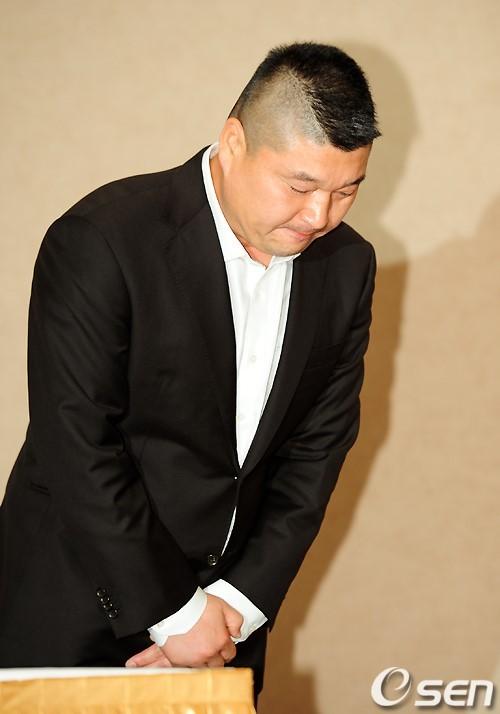 而像是MC姜虎東在2011年被爆出逃漏稅遭社會大眾罵翻,儘管後來國稅局澄清一切是場誤會,但還是讓他的名聲一瞬間掉到谷裡...