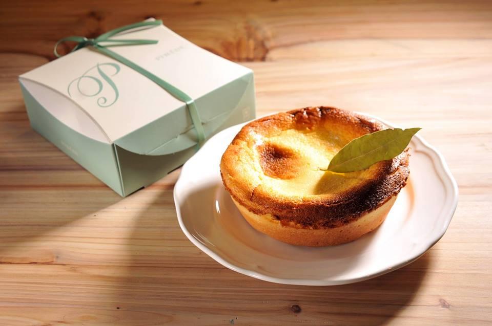 1.Pinede彼內朵。PINEDE於日本名古屋創立,在台北與桃園都有分店。以「新鮮 + 簡單 = 好吃」三大原則為宗旨。蛋糕甜點價格大約在NT100-160左右,其中的主打商品就是圖片中的起司蛋糕~法式塔皮和濃濃的起司味讓人忍不住一口接一口!