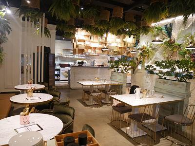 "5.Garden Party Restaurant。新竹一級美食戰區-金山街的網美餐廳""花園派對""真的是小編活這麼大去過最美的餐廳!大理石桌與金框的設計,餐廳內的綠色植物真的讓人彷彿在花園中吃飯,裝潢美氣氛佳,真的非常適合和約會、喝下午茶~"