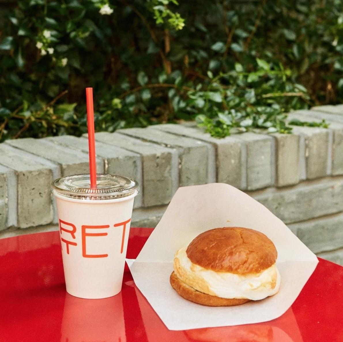콰르텟(QUARTET)咖啡廳於10月13日在官方IG上公開和Kakao Friends聯名的最新菜單!它就是「RYAN蛋堡」!
