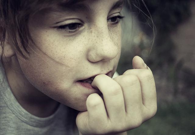 1.咬手指甲 出現咬手指甲的行動,可能是感受到了某種不安感。或許是對於另一半或這段關係感到焦躁不安,也或許是因為對於愛情本身感到不安等等,而導致自己會不知不覺地咬起手指甲。
