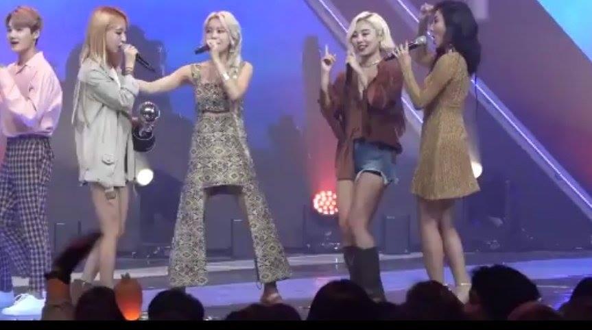 就是這張3月22日的《MCOUNTDOWN》一位安可舞台,如果不仔細看的話,真的會以為頌樂的下半身被P掉了阿!但其實頌樂的腳只是藏在特殊設計的裙子底下而已啦!