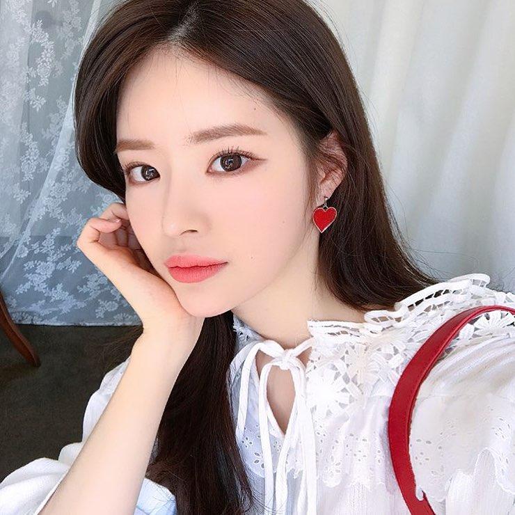 這位超正女友YOO HYE WON的身分也被挖出,她去年與裴斗娜所屬的經紀公司SBD Entertainment簽訂專屬合約,今後可能將以演員出道,目前多以美妝品牌及購物中心模特兒為主要活動。