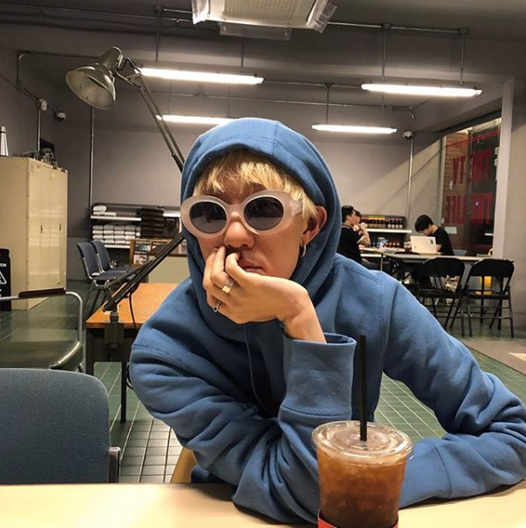 在韓國演藝圈中也有許多隱藏的ReVeluv,像是Zion.t就在新歌showcase上自曝是Red Velvet的瘋狂粉絲。