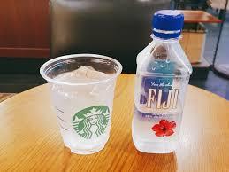 按該網友所述:星巴克最便宜的是斐濟水,一瓶1500韓元(約台幣40元),買一瓶還給杯子和冰塊。把水倒進杯子裡,然後配上自己帶的速溶咖啡,這樣在別人看來就是美式咖啡。
