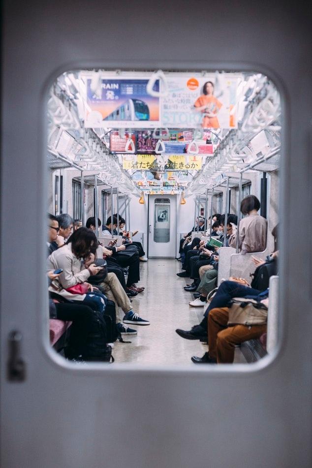 其他網友表示:「沒有孕婦時當然可以坐,要不然就是浪費資源」 「孕婦為什麼要搭地鐵?為了安全應該坐計程車啊」 「可能不是佔位啊~早期孕肚不明顯,很難單從肉眼看出是否為孕婦」 「還有人會在座位上裝睡,逃避讓座!」