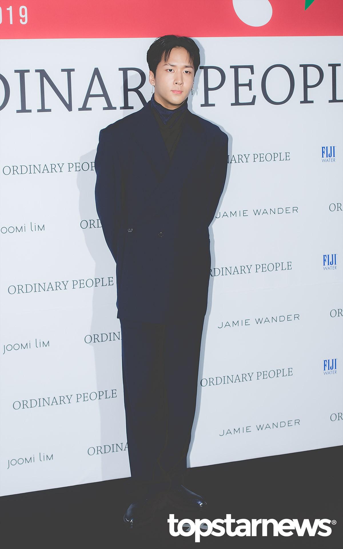 VIXX的RAVI不改一貫的歐爸風格,利用高領內搭搭配一件深藍色的西裝外套,整體就是成熟又性感啊!配上那雙大長腿,簡單的穿著也可以迷死人!