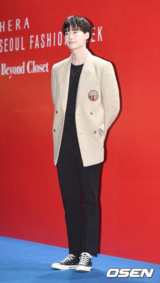 李鍾碩這次的穿搭非常簡單,利用黑色T-Shirt配上黑色西裝褲,將整身的重點放在細格紋西裝外套上,呈現出紳士英倫風。