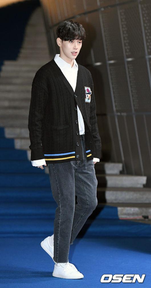 和李鍾碩穿上同品牌「BEYOND CLOSET」的權玄彬,則是利用襯衫搭配針織外套,展現出暖男的魅力,本身就是模特兒出身的他,光是搭配一件牛仔褲就足夠帥翻全場啊!