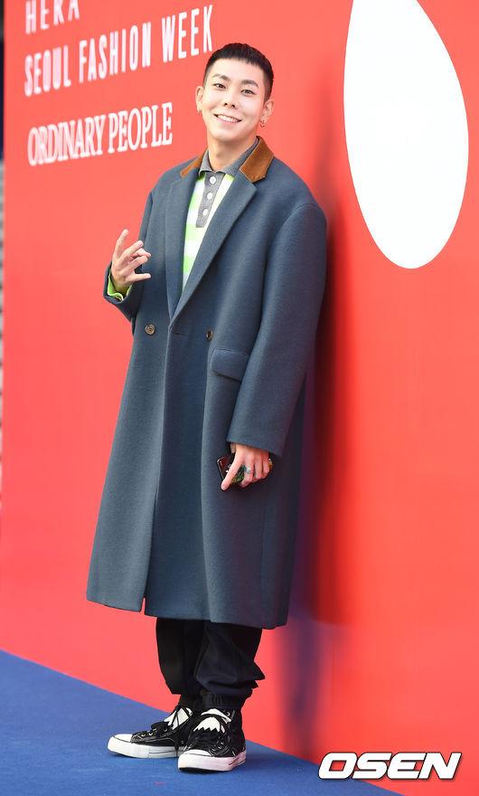 最後就是Loco啦!本身對於時尚有特殊品味的他,這次選擇了一件灰藍色的大衣(這件超好看啊)Oversize的設計更顯得有嘻哈的味道。Loco裡面選擇一件螢光色的單品,熱愛螢光色的他,根本是從衣櫃裡拿的私服吧XD