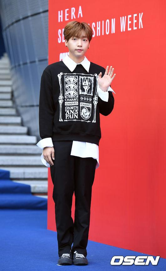 鄭世雲這次也出席了首爾時裝周,全身上下只利用兩個顏色搭配完成,也就是最好駕馭的黑白兩色,利用襯衫搭配T-Shirt,多層次的穿法可以讓簡單的單品看起來更有特色。