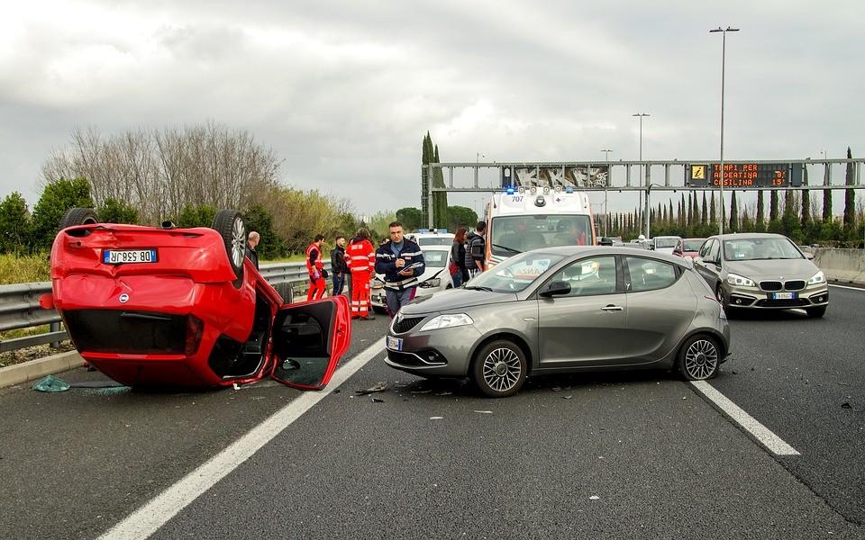 當時一輛貨車和一輛停車中的小客車發生衝撞,但並沒有傷亡,只是輕微的交通事故。A警察在向肇事駕駛調查事發過程後,準備將貨車推到路邊時被後方疾駛而來的小客車撞上。