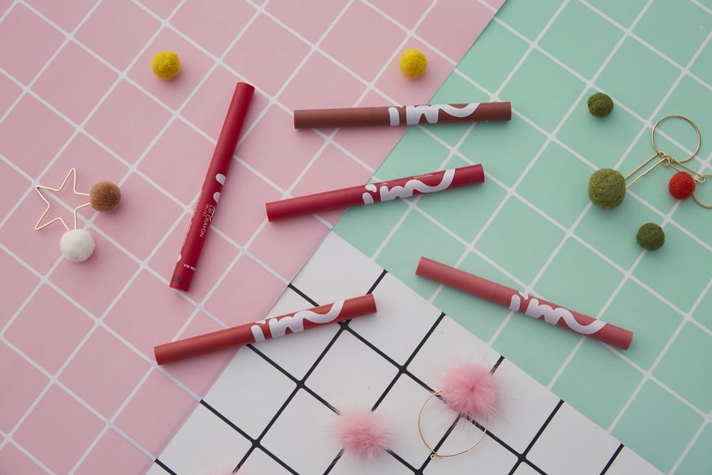 I'M MEME我愛染霧轉轉唇膏是繼「我愛氣墊薄霧液態唇膏」後推出的新產品,將唇膏設計為蠟筆造型,結合唇筆的精準與唇膏的潤澤,打造最強2合1的必備唇彩。
