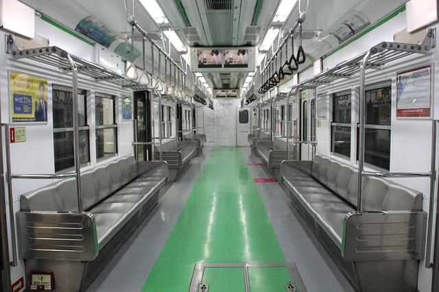 """其實,首爾地鐵1~8號線的""""孕婦博愛座""""從2013年12月就開始施行了, 每個車廂都準備了2個座位, 座位上貼著標誌孕婦座的貼紙。"""