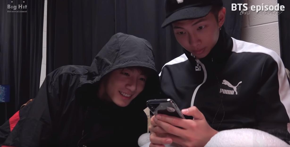 尤其忙內柾國在看到哥哥練習時,還拿過演講稿嘗試著要念,但馬上就覺得真的太困難了XDD