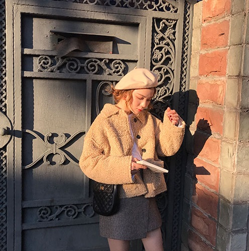 「elina sea最小的海:小海自制 秋冬新款可爱纯色卷毛绒绒保暖单排扣短外套X」 萌到最高點!從去年開始就很多韓國潮人都有穿這種短版的毛絨絨外套,穿起來就好像泰迪熊一樣,不買一件感覺對不起自己爆表的顏值啊(?)