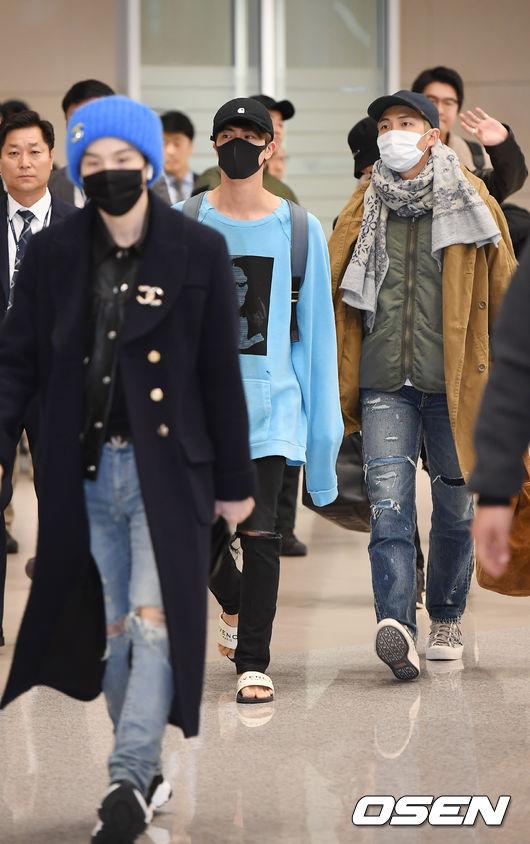 大哥JIN領頭帶著後面兩位,每位成員都戴著口罩,從眼神可以看出國外行程奔波後的辛苦。