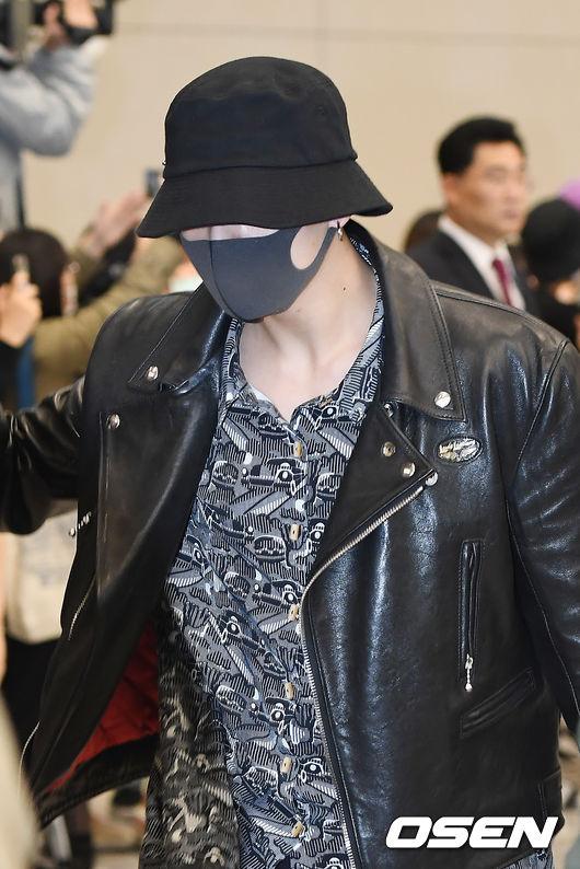 看柾國這身包緊緊打扮,帽子戴很低走神秘路線,一個不仔細看還會突然找不到在哪!