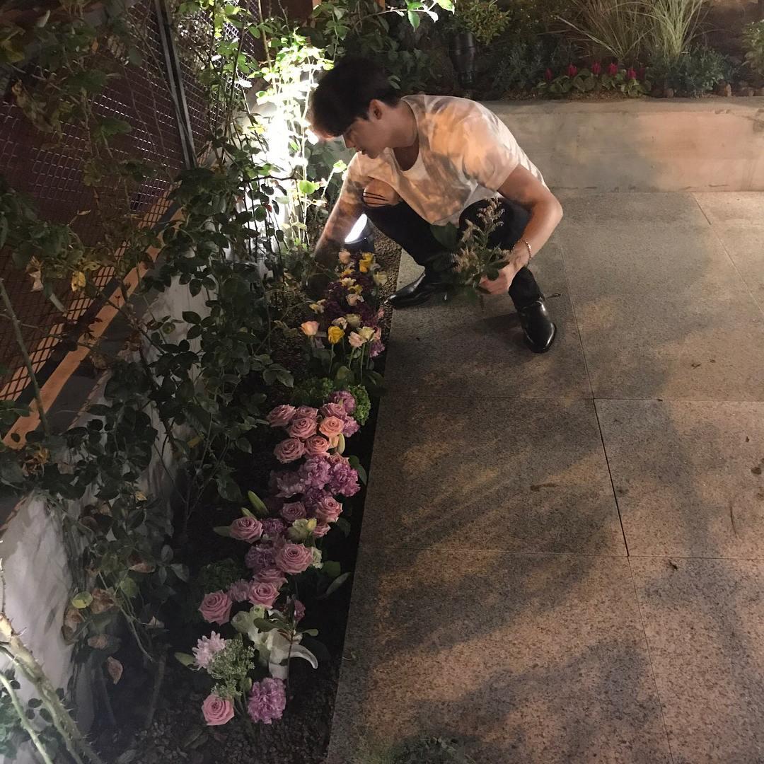 李鍾碩曾經的暖心舉動還不只如此,把從粉絲手到接過來的花束種在自己開的咖啡廳「89mansion」花圃,表示少「花枯萎了好可惜,因為那份可惜的心我試著種花,但好像還是不能活很長的時間阿」