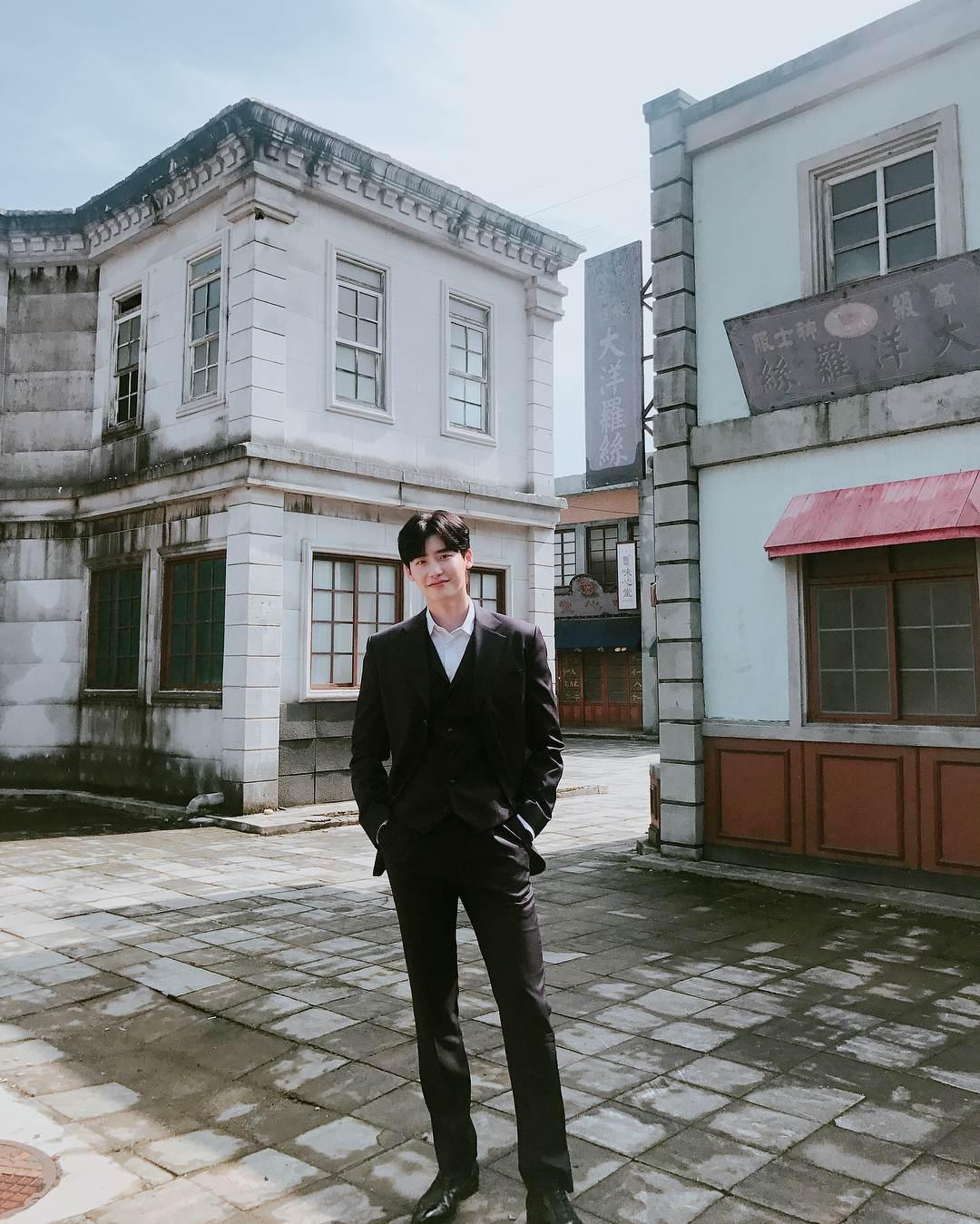 李鍾碩入伍前還有最後一部tvN戲劇作品《羅曼史是別冊附錄》和自己的8年理想型元斌老婆李奈映,預計會在2019年上半年開播,這也是李鍾碩出道8年首次挑戰戀愛喜劇,讓許多人都很期待會擦出什麼驚喜的火花!