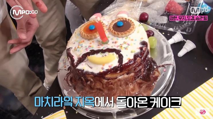 本來想製作出擁有世界上最高級美貌的漂亮蛋糕,卻製作出了...像是從地獄回來的蛋糕ㅋㅋ 在從DK把餅乾當成眼睛裝上去之後,一切開始變調XDD 最後成員還硬掰表示「蛋糕是JUN未來20年後的模樣」ㅋㅋㅋ