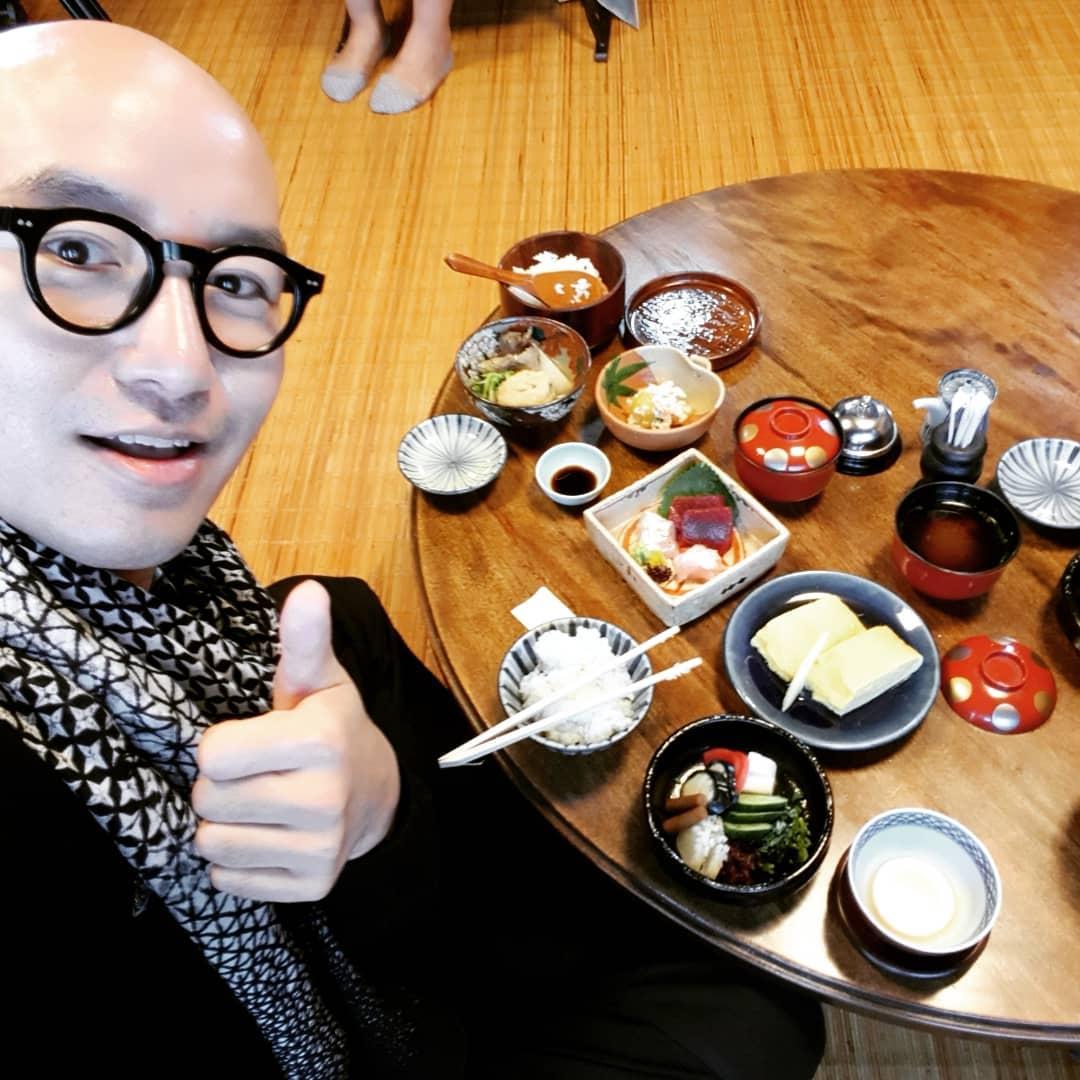 洪錫天在韓國是位擁有11家餐廳的知名廚師兼老闆,因為多次公開為少數族群發聲讓許多粉絲佩服他的勇氣「洪錫天真的是內心很溫暖的人!」