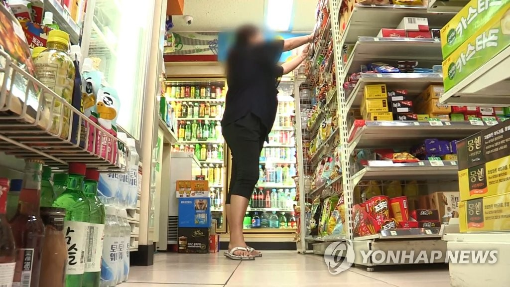 今年7月20日凌晨,他在便利商店買啤酒,之後要求店員給他巧克力,店員拒絕,他便出口辱罵、妨礙店家營業,並朝店員臉部丟裝有4罐啤酒的塑膠袋,甚至做出勒店員脖子的行為。