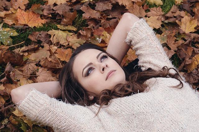 神經傳導物質中的「血清素」和憂鬱症有關,抗憂鬱藥物就是擁有提升腦內血清素的功能,而秋天到了日照量減少,血清素也會減少,因而使人憂鬱。血清素減少,飲食攝取調節能力也會減弱,在碳水化合物的攝取量上會增加,於是體重也跟著增加。