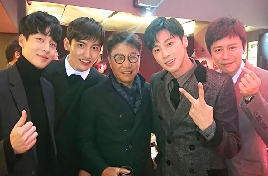 在去年底的SM慈善派對上,他與李秀滿、東方神起及演員金旻鍾的合照也造成網民們熱烈討論,站在藝人旁邊也完全無違和,根本可以直接當藝人了啊!