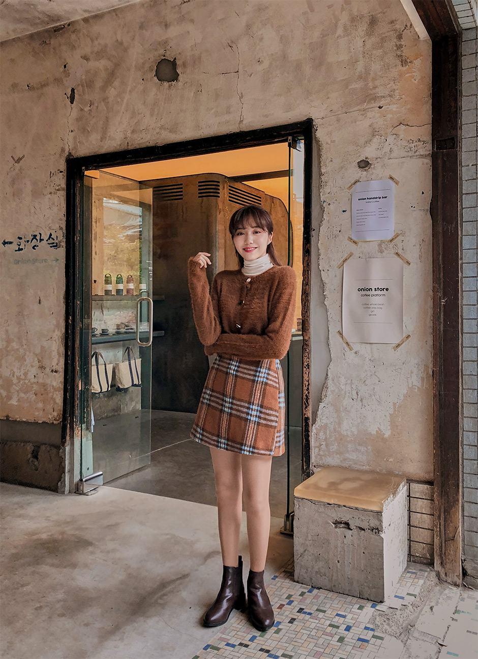 重複穿搭單品三:A字格紋裙-韓妞衣櫃一定有一件格紋裙!小資女必入手的超好搭又顯腿長單品!搭配同色系針織外套絕對是一個好選擇。
