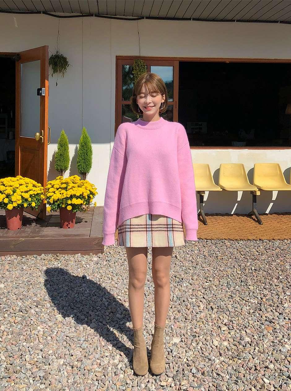 毛衣不一定要塞進去裙子裡,蓋住裙子又是另一種比較俏皮可愛的風格唷!