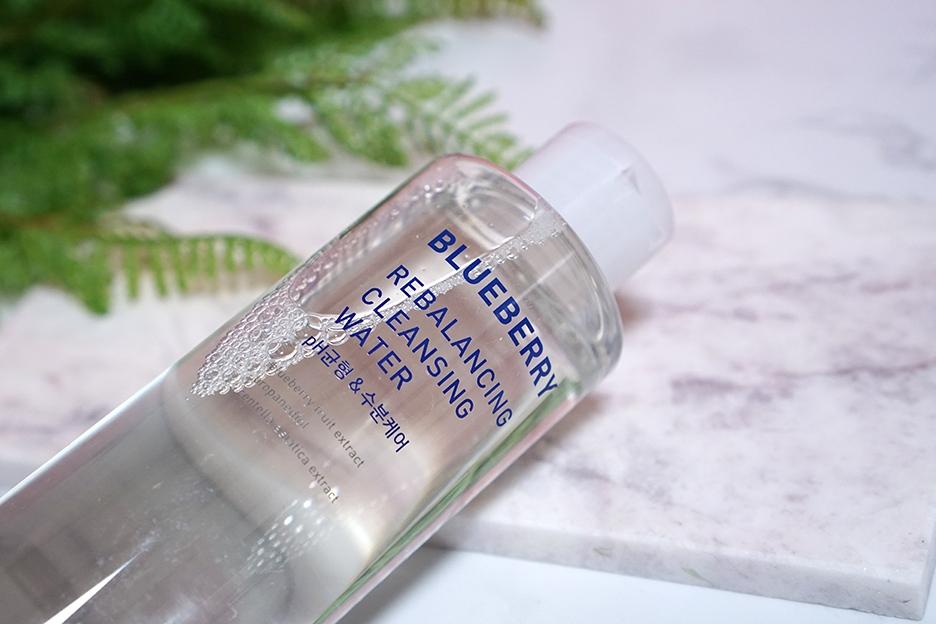 #Innisfree 藍莓肌膚水平衡卸妝水:有敏感肌或是痘痘肌等肌膚問題,通常皮膚科醫師會建議不得不化妝的患者使用成分相對單純、不刺激的卸妝水產品來卸妝。如果妳正在找適合的卸妝水的話,女神推薦妳這款藍莓肌膚水平衡卸妝水!