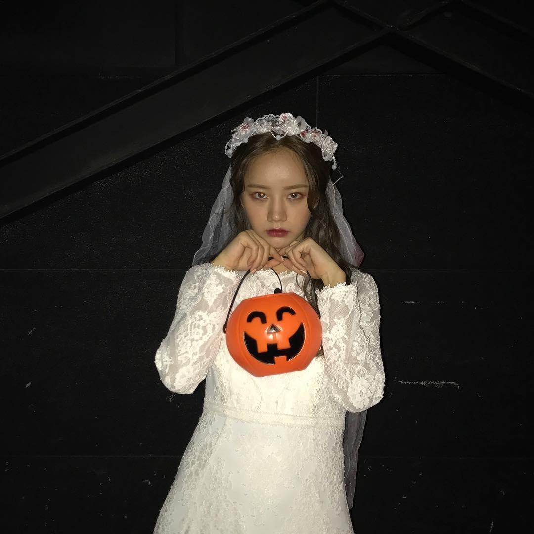 #Girl's Day 惠利 惠利則裝扮成「地獄新娘」,清純可愛的外貌,手上還拿著南瓜,一點也不可怕啊XD 大家覺得適合惠利嗎?