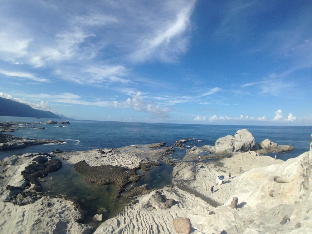 1、石梯坪 堪稱為「絕美東海岸線」真的不為過,位在花蓮縣豐濱鄉石梯灣的南側尾端,整個區域是一個面積極大的海岸階地,海蝕地形十分發達,海蝕平台、隆起珊瑚礁、海蝕溝、海蝕崖等舉目皆是,尤其是壺穴景觀堪稱台灣第一。裡面車位超級多,不用害怕一位難求的狀況,有一個特別地形「單面山」,會看到很多人在上面攀爬,並留下美照,但是最重要的還是必須注意安全哦~
