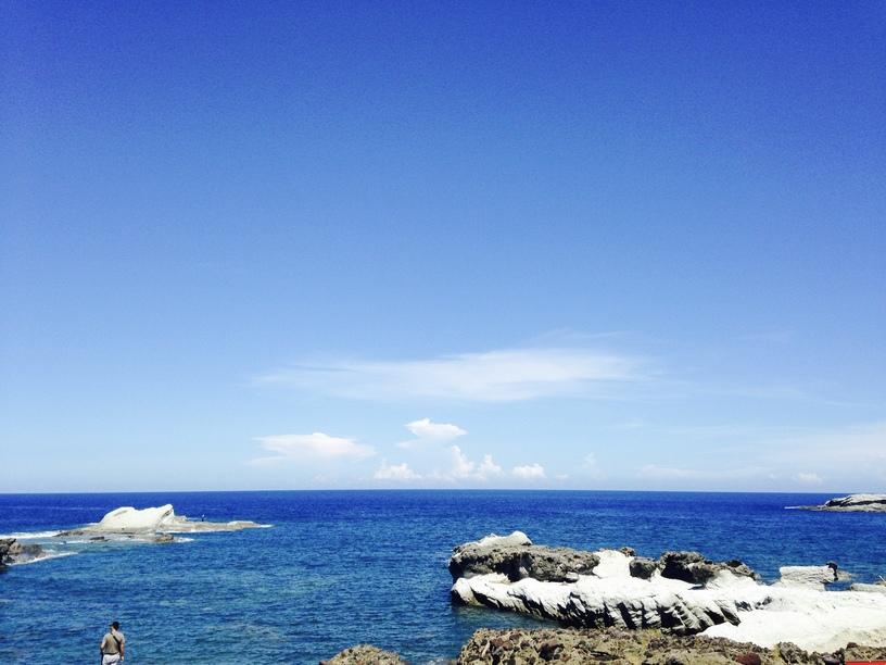 如果你也喜歡看海的話,石梯坪景區真的很美,從花蓮去台東走海線(台11)一定會經過,沿途的美景,真的要自己看過一遍之後才能體會,尤其是在夏天太陽照射下,一望無際的藍天和大海映照下,呈現波光粼粼的狀態,整個人完全轉換為度假心情,而且從花蓮市區開過來大概一個多小時就會到了,當天來回絕對是綽綽有餘的!