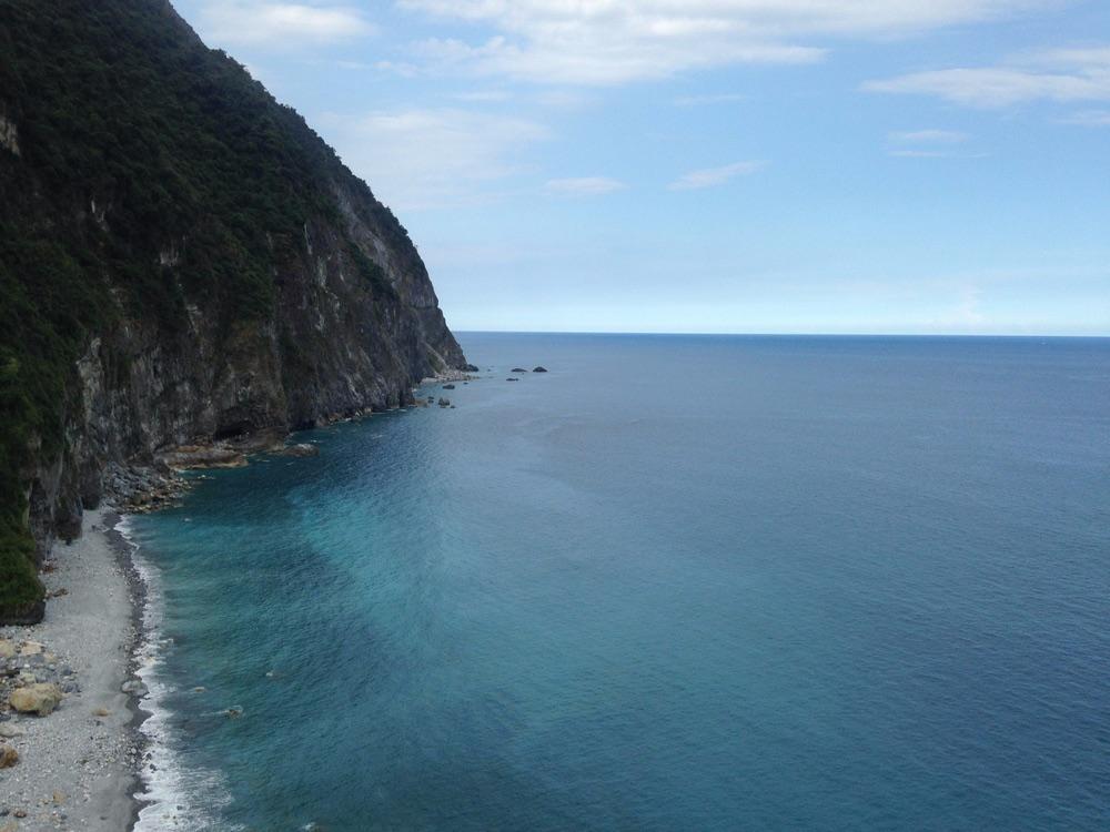 5、清水斷崖 位於和平和崇德之間,是臺灣東岸的一大奇景,更是臺灣八大景之一。清水斷崖高一千多公尺,以極近90度的角度緊臨太平洋,公路綿延20多公里,蜿蜒曲折,一邊是懸崖峭壁,一邊是茫茫大海,形勢險峻,氣象萬千,令人膽戰心驚,嘆為觀止。要小心的事,現在蘇花公路很常因為下雨常常會有落石掉落砸到車子漢人的新聞,所以勁量不要在雨季前後前往!
