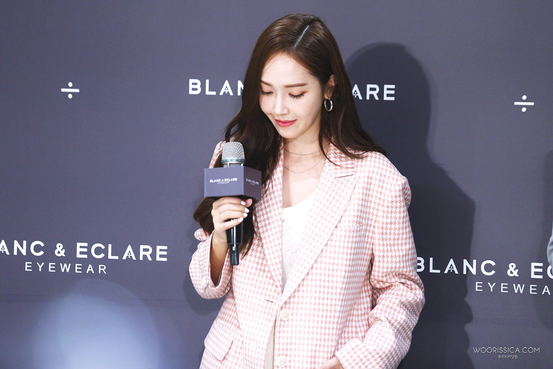 而這次來台灣,西卡也出席了自己的時尚設計品牌Blanc & Eclare 的活動,還準備了限量的親筆簽名墨鏡,於 2020EYEhaus 台北101旗艦店及微風信義店販售,心動的金星還不趕快行動!