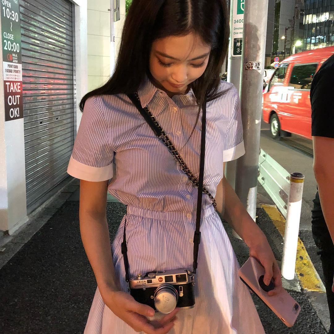 簡單可愛的襯衫洋裝,腰身設計更能展現出Jennie纖細的好身材~青春的風格非常適合身為學生的妳喔!