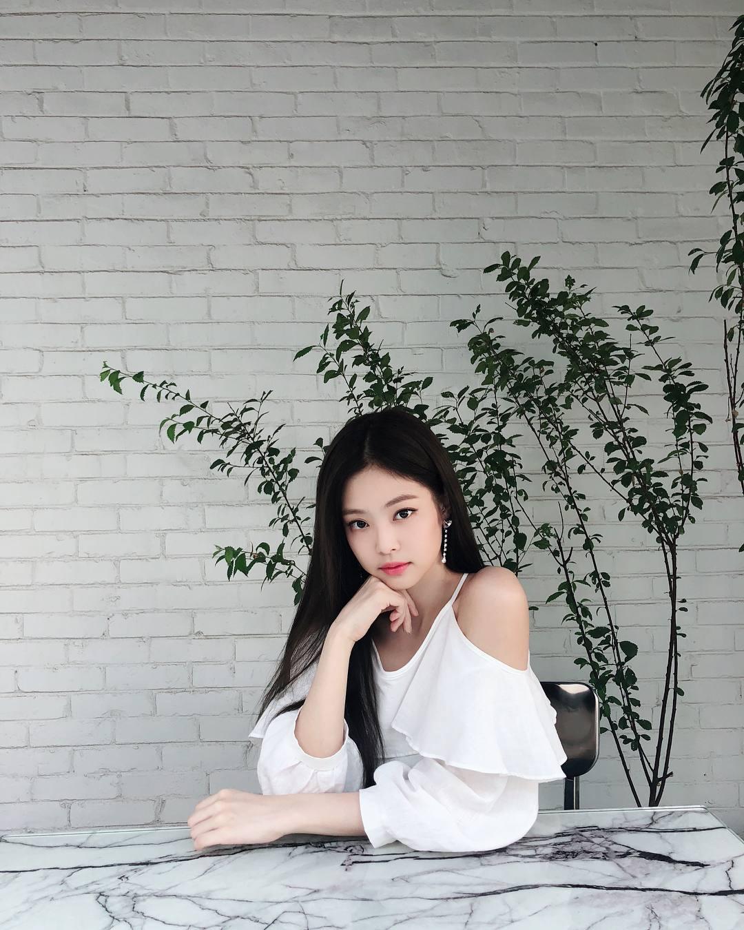 這件小露香肩的白色上衣優雅大方卻不單調,台灣的秋天穿超剛好~搭配牛仔褲或是裙子都很適合!可以再配上特色的飾品(像Jennie的耳環)讓整體造型更有亮點!