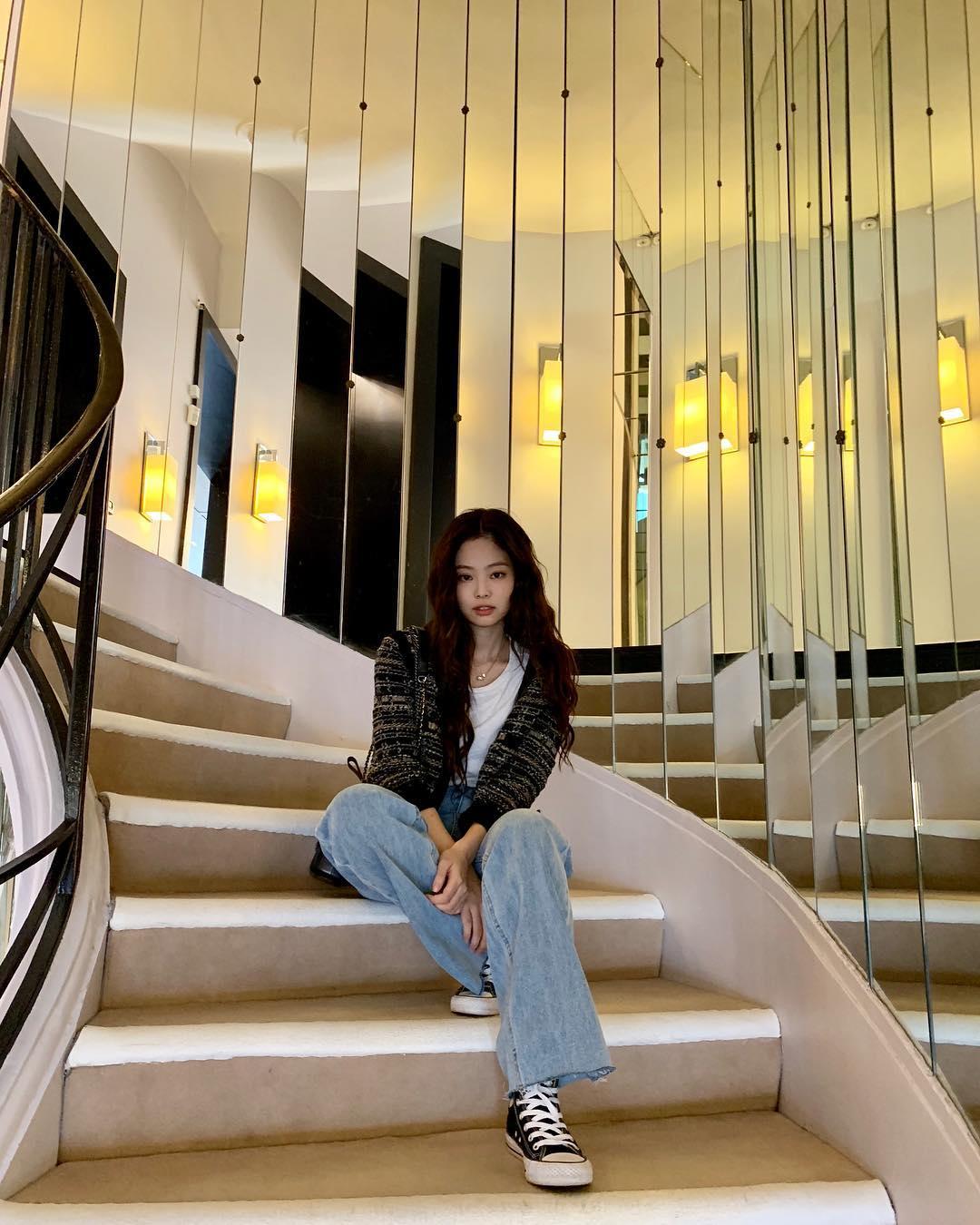 如果你喜歡率性簡約的風格~那像Jennie這樣穿就沒錯啦!寬版單寧褲配上簡單的白T和針織外套,很簡單也可以很時尚~