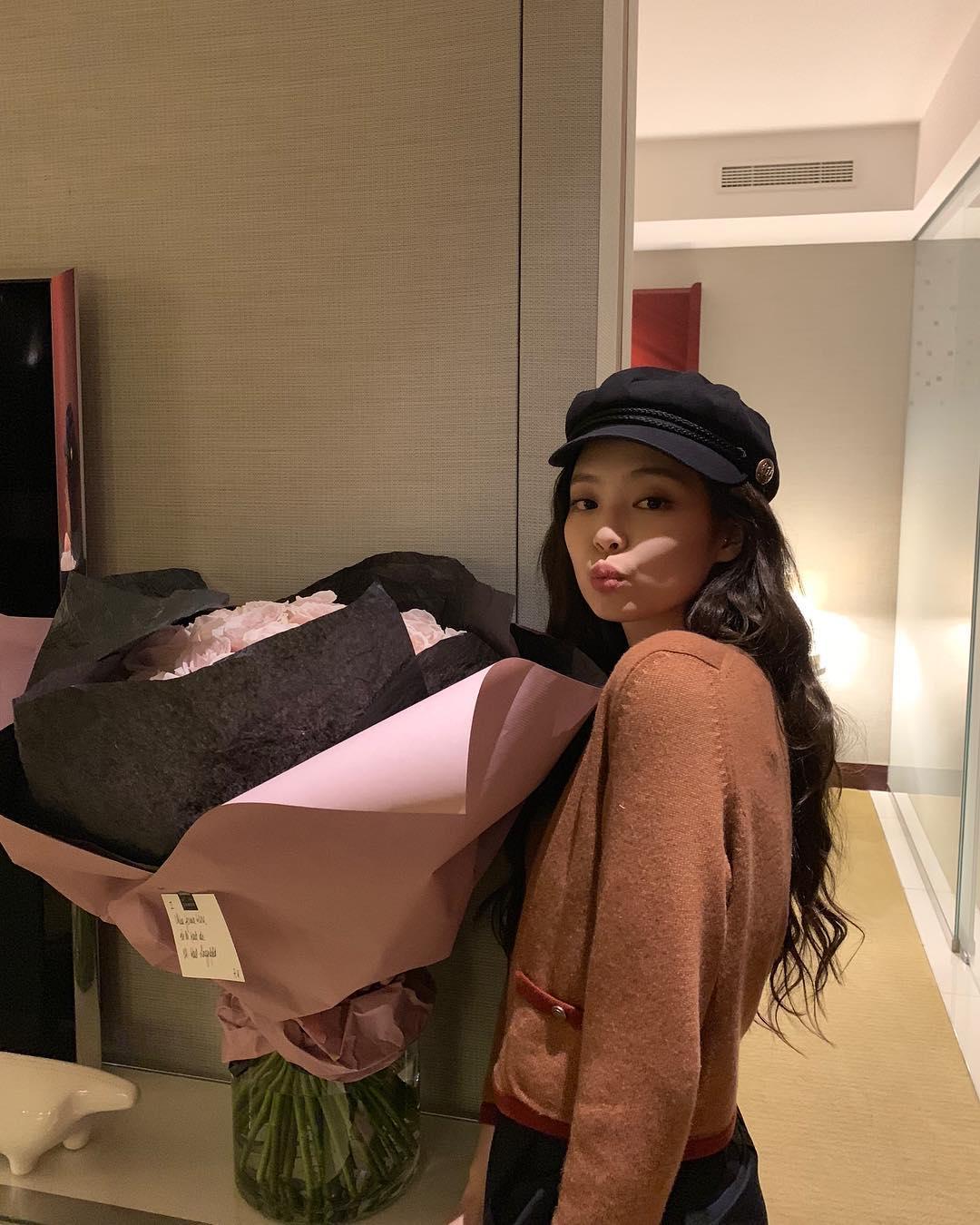 最近天氣變冷了也可以穿上適合秋冬的大地色針織外套,還可以像Jennie一樣搭配特色帽子做出不同的造型!