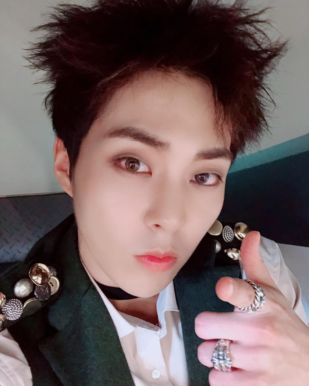#EXO XIUMIN 說到童顏的話就不得不提EXO的大哥XIUMIN啦!雖然明年將要滿30,但連毛細孔都看不到的白皙皮膚、小而圓的臉,讓他看不出在團內是大哥啊!