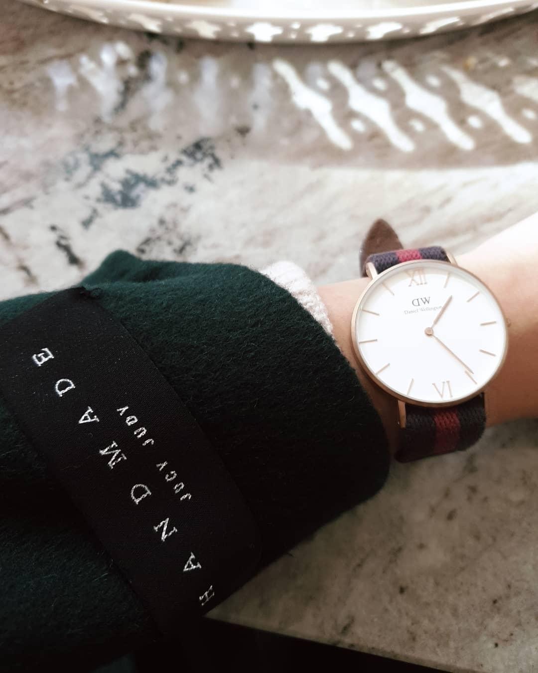 #Daniel Wellington 玫瑰金羅馬錶【原價6000->6折後3600】:不過如果你正在找一支既能休閒又能正式的手錶,一定要推薦手錶界中的中高價位首選-DW手錶!大大的錶盤戴起來既有點中性化,但女生戴起來又能顯手腕細,想要休閒一點就選擇尼編織錶帶;想要正式就選擇皮革錶帶。但是在正裝時搭上編織錶帶又能顯現出時尚感,推薦給情侶或是閨蜜當作信物,對方絕對會很開心的>_<