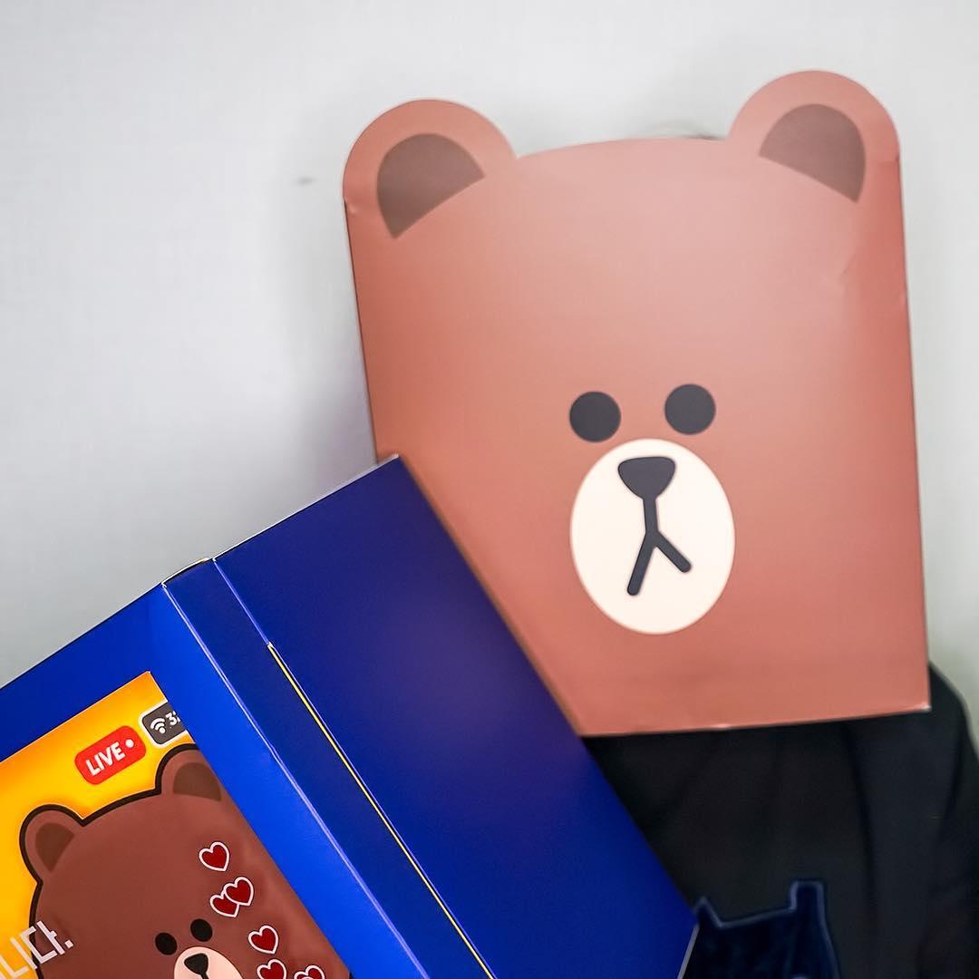最近偽少女在滑手機的時候,看到超多韓國小姐姐們都戴著熊大的面具出席,本來還以為是不是萬聖節大家興起扮熊大,才知道根本不是這回事啊...