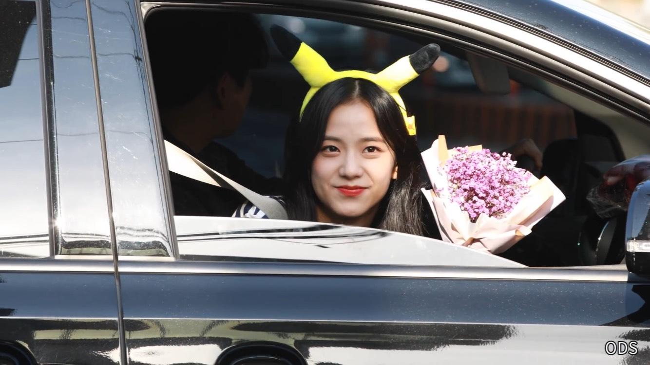 可愛的Jisoo是我們第六位選手~探出車窗外的Jisoo根本就是一隻皮卡丘了吧,好想收服她呀(馬上拿出寶貝球)