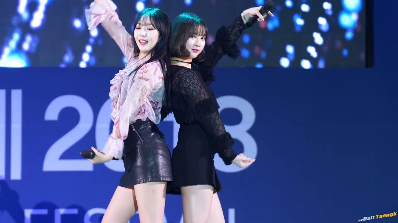 還有一次在表演《Time For The Moonlight》時,EunHa一無往常地準備跟SinB做十指緊扣的舞蹈動作,結果SinB居然………