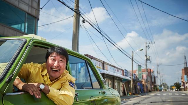 同樣也是講述歷史的還有這部《我只是個計程車司機》,沉痛描述南韓戒嚴時期下人民的痛、告訴大家什麼是「光州事件」。