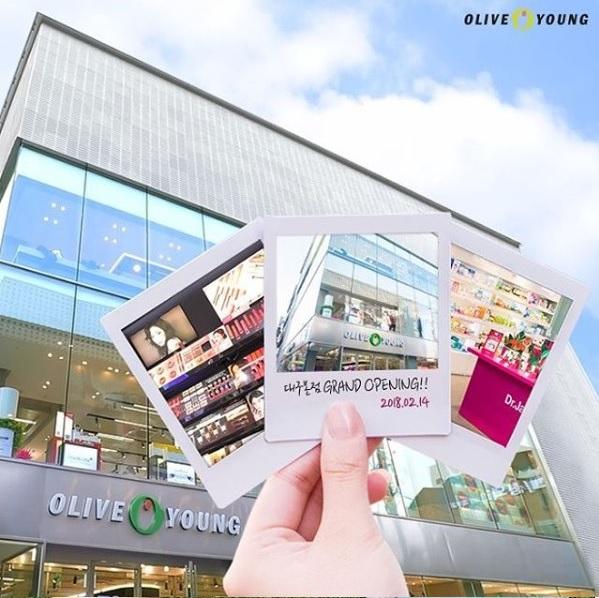 今天就來介紹韓國olive young裡有什麼必買的美妝小物,一起來看看價格便宜又好用,帶回台灣當伴手禮也十分適合的小物有哪些呢!